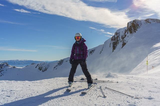 žena na lyžích