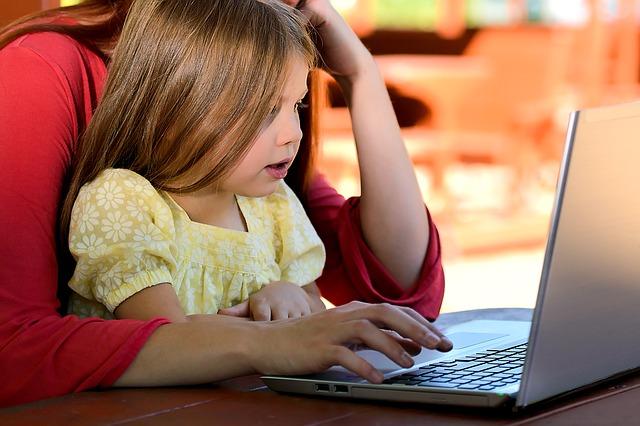 dítě u počítače.jpg