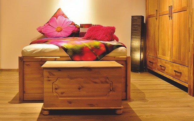 matrace na posteli